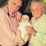 photo de grands pères avec bébé