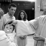 prêtre baptisant bébé