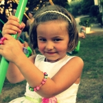 photo petite fille serre tête