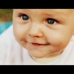 portrait bébé souriant