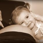 photo de bébé avec sa maman enceinte