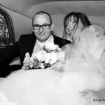 mariés dans traction noir et blanc