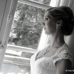 mariée romantique à la fenêtre