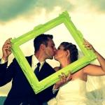 bisou de jeunes mariés dans cadre
