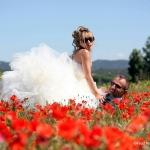 Photo de mariés dans champs de coquelicots