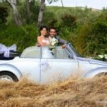 photo de jeunes mariés dans coccinelle