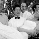 mariée portée par invités