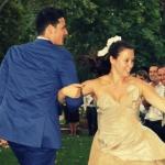 photo de mariés qui dansent