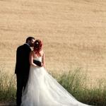 photo de mariés dans champs de blé