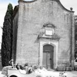 mariés devant église dans belle voiture