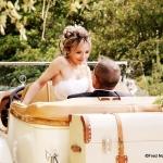 mariés dans belle voiture