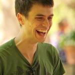 portrait jeune homme rires